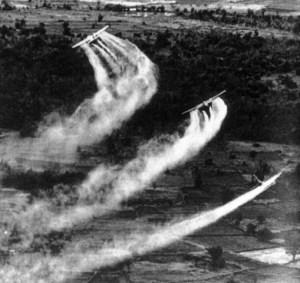 Avions militaires américains épandant au Viêt Nam pendant l'opération Ranch Hand. Cela ressemble étrangement aux techniques d'épandage de pesticides...