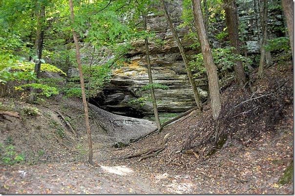 04 Small cavern off Kaskaskia & Ottawa Canyons trail Starve Rock State Park IL (1024x678)