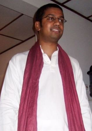 A Sinhalese man in traditional dress. Image from Wikipedia.org.