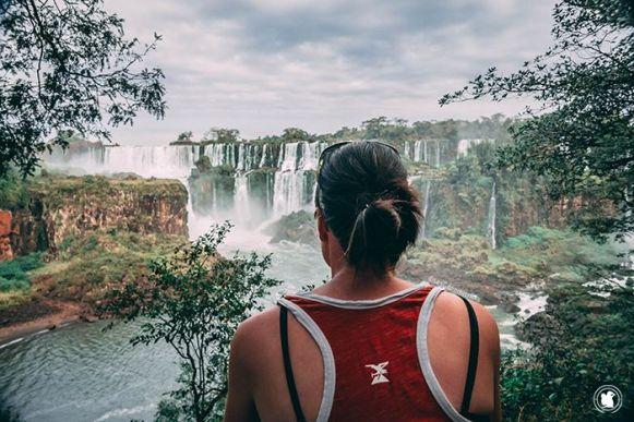 Candie admirant les chutes d'Iguazu d'Argentine