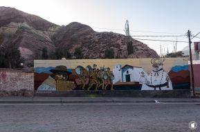 Street -art devant la montagne aux 7 couleurs à Purmamarca