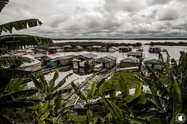 Les maisons le long de la rivière à Iquitos