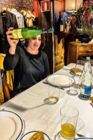 Service du cidre basque au restaurant Bedua de Zumaia - blogtrip Nekatur