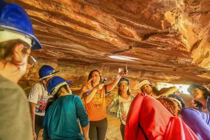 Alunos observam vestígios pré-históricos em caverna do município de Analândia.
