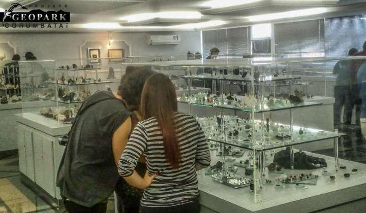 alunos visitando o museu de rochas e minerais da UNESP