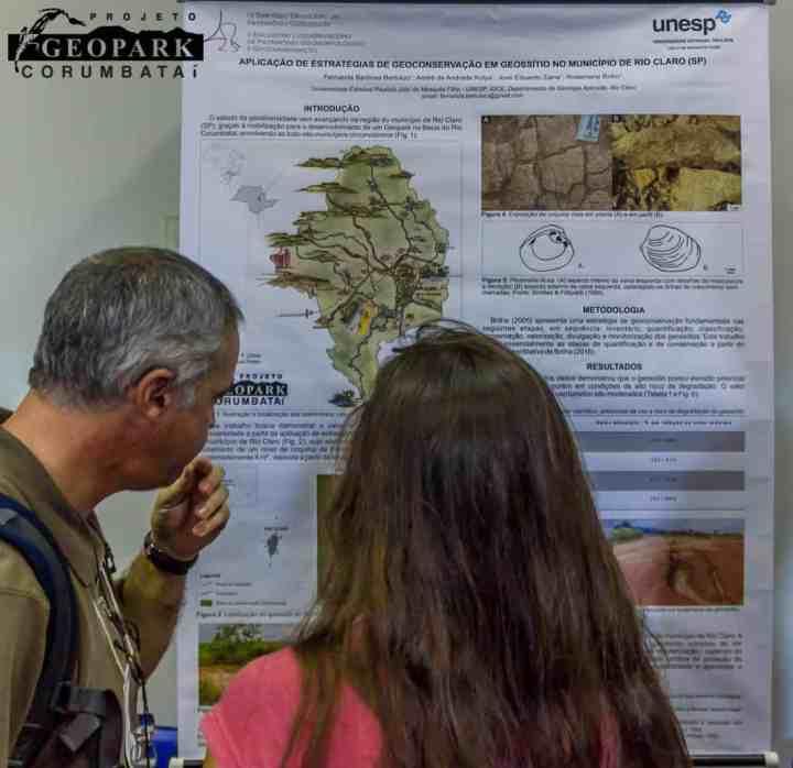 Aluna apresenta para o Prof. José Brilha de Portugal