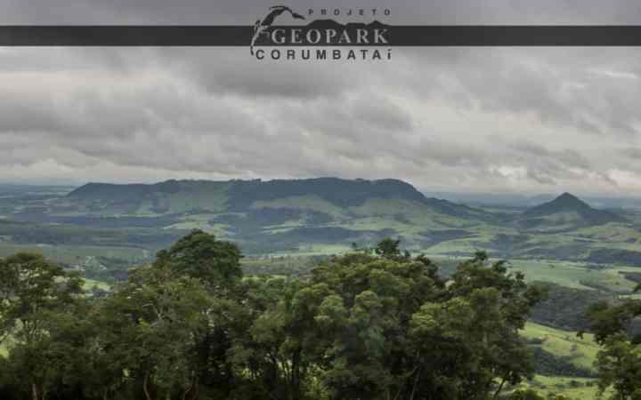 Mirante localizado no alto da Serra de Itaqueri, de onde pode-se observar diversos morros testemunhos como os morros Bizigueli, Guarita, Pelado e Baú
