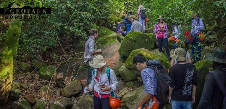 Alunos examinam depósito de blocos de rochas básicas da Formação Serra Geral