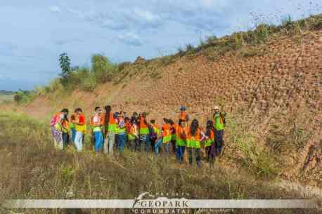 Projeto evonveu trabalhos de campo para o levantamento de sítios naturais, bem como atividades geoturísticas e geoeducativas para aplicar e avaliar os métodos propostos. Na foto, alunos estudam afloramento na região de Piracicaba.