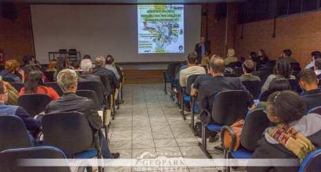 A pesquisa também envolveu a organização e participação em eventos para divulgação do projeto, coleta de dados e apresentação de resultados preliminares. Na foto, caravana reunião pública organizada no município de Rio Claro.