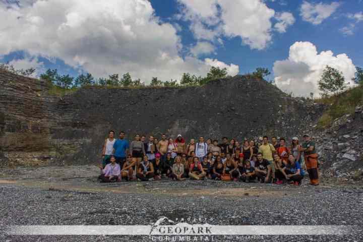 Pedreira de calcário e argila da Partecal, onde o grupo encontrou e conheceu a relevância de fragmentos fósseis dos répteis Mesossaurídeos. Foto: André Kolya.