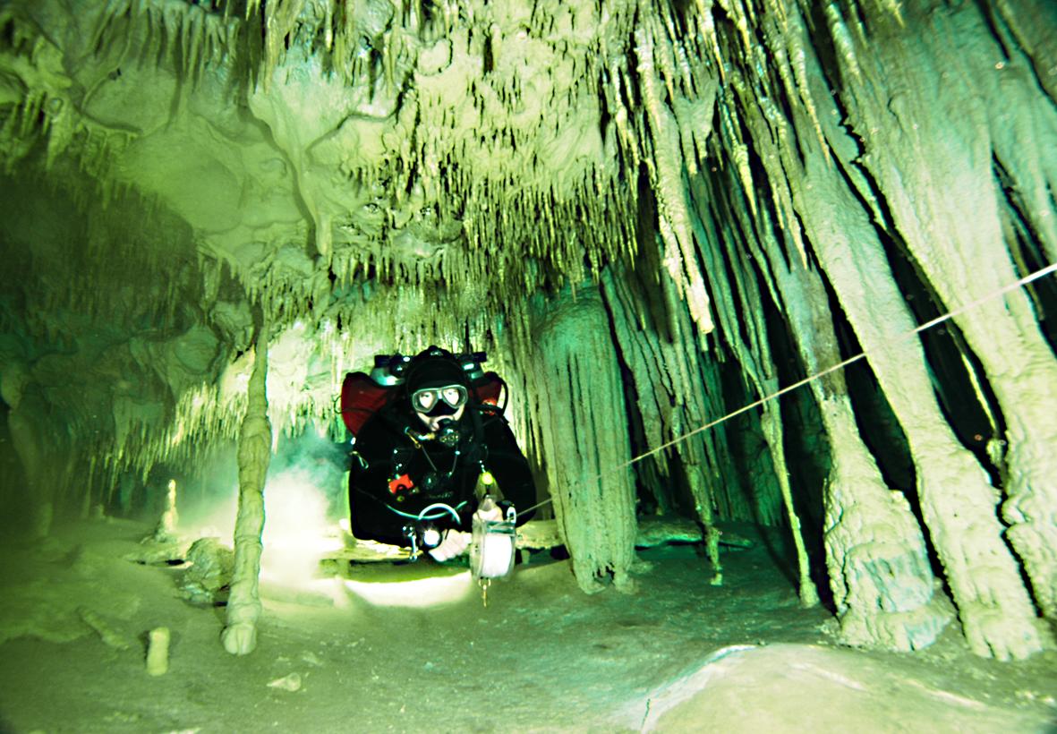 Sergio Granucci explorando un Cenote.