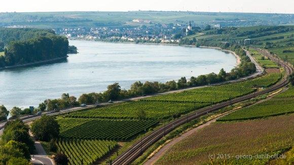 """Blick entlang des """"Roten Hanges"""" nach Nierstein - Bild Nr. 201508230813"""