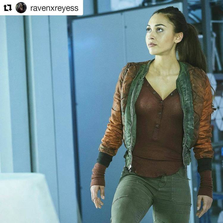 I Iove this character. Raven Reyes is tough, smart and sexy.  #Repost @ravenxreyess ・・・ sorry I haven't posted, I've been fishing all day! #the100 #ravenreyes #evaspecialist #engineer #badasschick #heartdefect