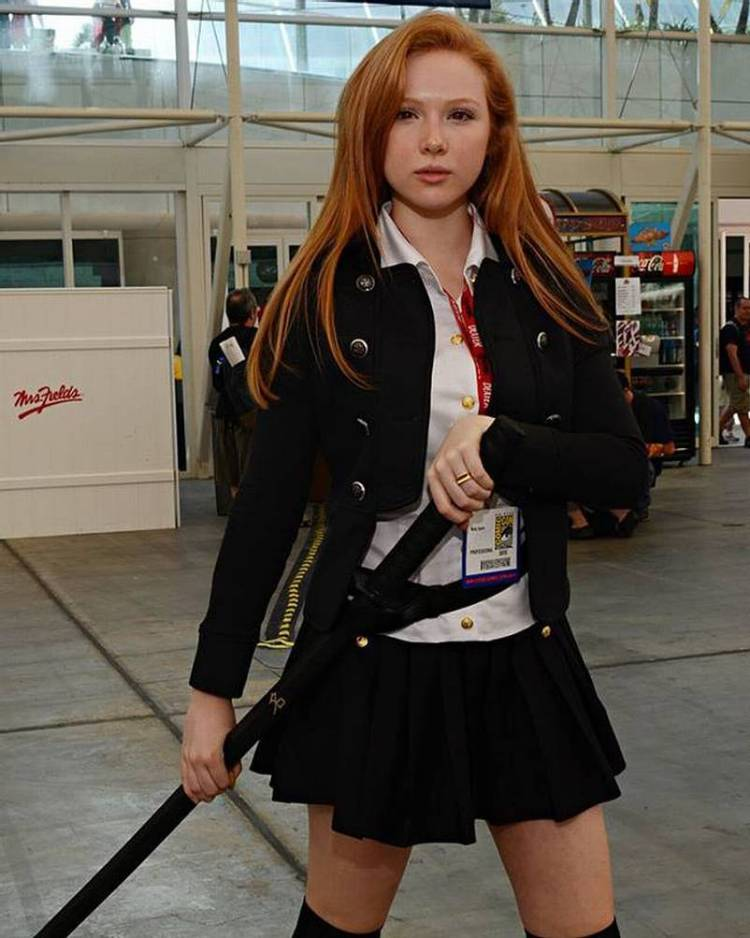 The actress from Castle is a huge Words Of Radiance fan. What are they waiting for? Make these movies happen! Argh! 😤 #brandonsanderson #cosmere #wordsofradiance #redhead #actress #castle #cosplay #celebritycosplay #IMDb #instaflicks #bookstagram