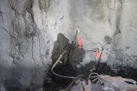 Unnið við sementsgrautun. Grautunarholur á stafni st.2.701 (12.03.2014)