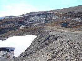 Unnið við klapparhreinsun og borun fyrir pallsprengingu í forskeringu Fnjóskadalsmegin (26.05.2014)