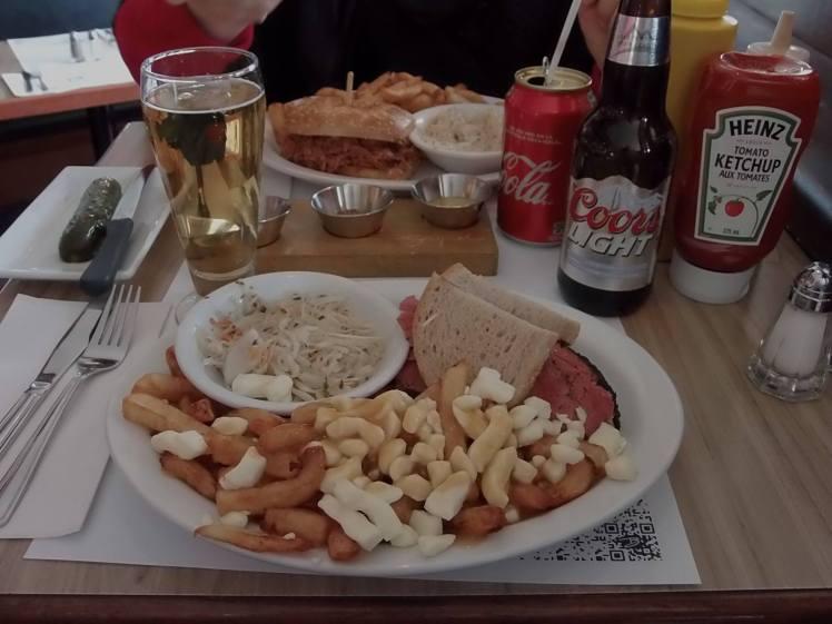Poutine avec sandwich de smoke meat