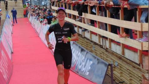 """L'anglaise Catherine Jameson monte sur la 2éme marche du podium, loin derrière """"the amazing"""" Charlotte !"""