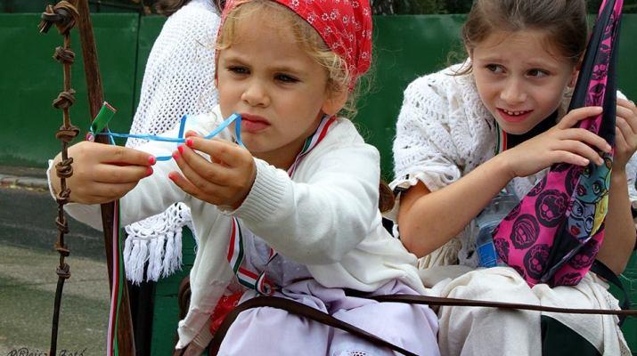 gyerekek a szüreti felvonuláson