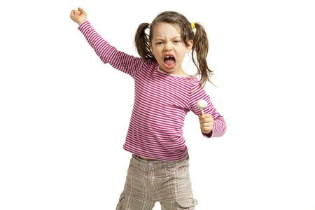 enfant lève la main sur moi