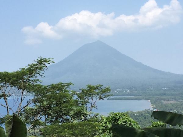 Teluk Jailolo dari Bukit Senyum 5000 di Gunung Manyasal. Kredit: Avivah Yamani