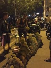 Makan durian di pinggir jalan. Kredit: Avivah Yamani