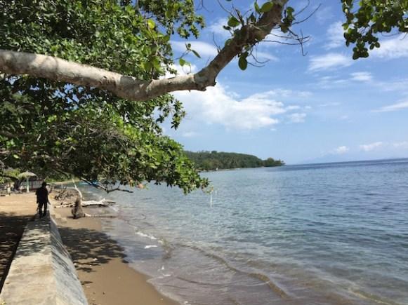 Pantai di Tidore. Kredit: Avivah Yamani