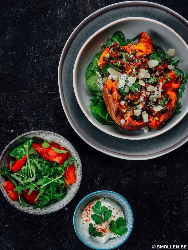 Recept van de maand #21: gevulde zoete aardappel met paprika en pistachenoten