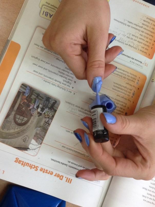 malowanie paznokci na lekcji