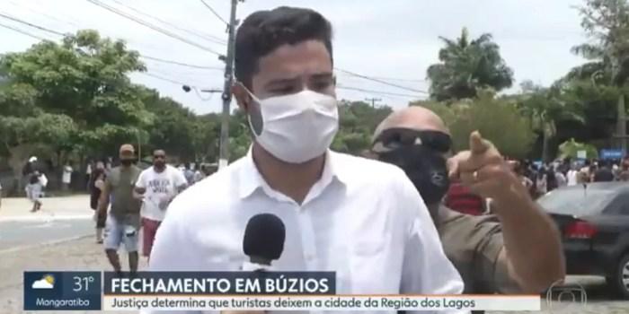 O repórter Paulo Henrique Cardoso teve link ao vivo interrompido por invasor na Globo (Foto: Reprodução/Globo)