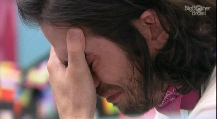 No BBB21, Fiuk chora após desentendimento sobre desfile (Foto: Reprodução)