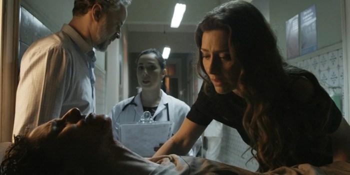 Joyce (Maria Fernanda Cândido) sofre com o estado do filho em A Força do Querer (Foto: Reprodução/TV Globo)