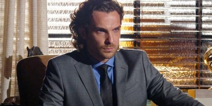 Alberto (Igor Rickli) ameaça revelar passado de Dionísio (Sérgio Mamberti) em Flor do Caribe (Foto: Reprodução/TV Globo)