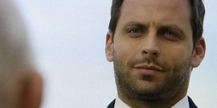 Cassiano (Henri Castelli) se revela para o vilão em Flor do Caribe (Foto: Reprodução/TV Globo)