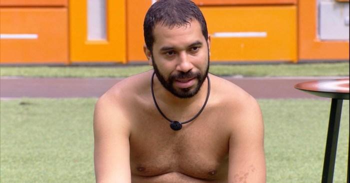 Gilberto analisa o jogo em voz alta no BBB21 (Foto: Reprodução)