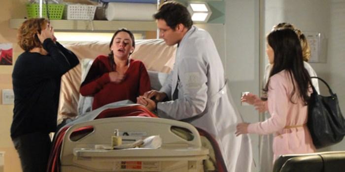Ana (Fernanda Vasconcellos) passa mal após descobrir segredo de Manu (Marjorie Estiano) em A Vida da Gente (Foto: Reprodução/TV Globo)