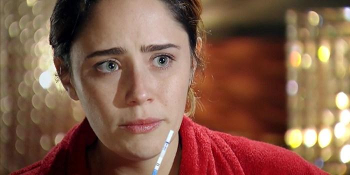 Ana (Fernanda Vasconcellos) se recusa a olhar para a filha após o parto em A Vida da Gente (Foto: Reprodução/TV Globo)