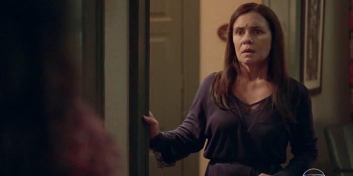 Thelma (Adriana Esteves) acaba desmascarada em Amor de Mãe (Foto: Reprodução/TV Globo)
