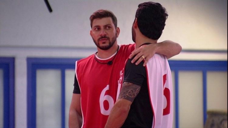 BBB21: Caio e Rodolffo fazendo uma prova juntos (Foto: Reprodução)