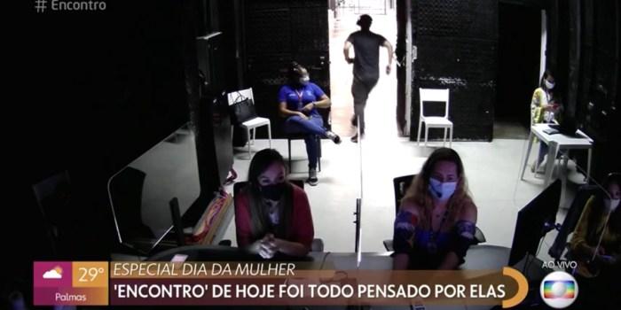 Homem da equipe do Encontro saiu correndo ao vivo para não aparecer (Foto: Reprodução/TV Globo)