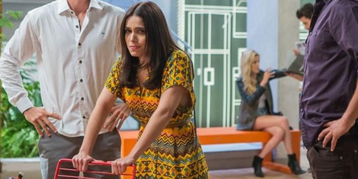 Shirlei (Sabrina Petraglia) descobre traição de Carmela (Chandelly Braz) em Haja Coração (Foto: Artur Meninea/TV Globo)