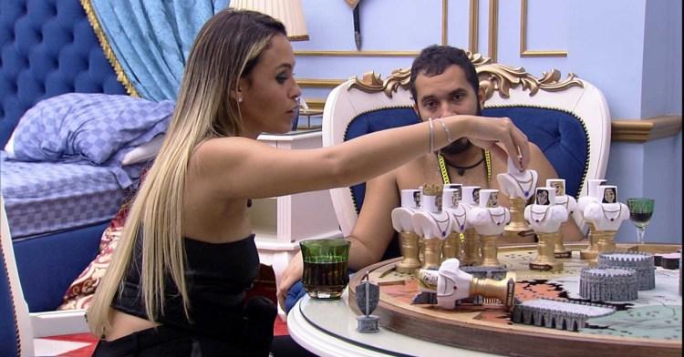 BBB21: Gil e Sarah articulam no quarto do líder (Foto: Reprodução)