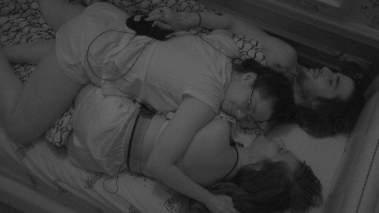 BBB21: Juliette também deita na cama com Fiuk e Thaís (Foto: Reprodução)