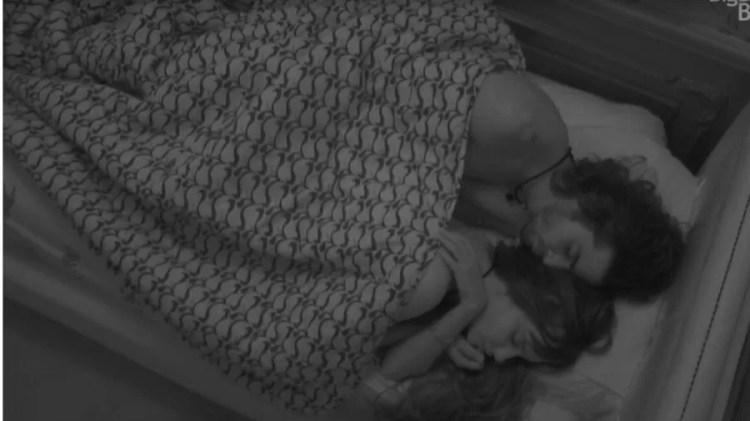 BBB21: Thaís e Fiuk deitam juntos na cama e movimentos suspeitos acontecem (Foto: Reprodução)