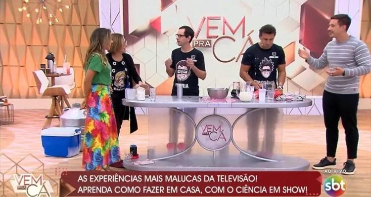 Patrícia Abravanel e Gabriel Cartolano comandam o Vem Pra Cá e promovem aglomeração (Foto: Reprodução)