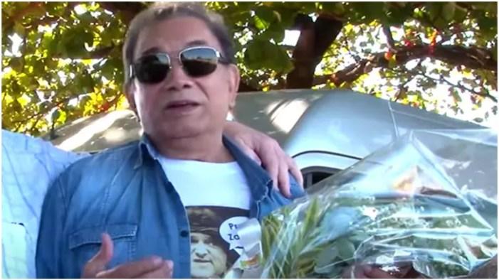 Dedé Santana visita túmulo de Zacarias e se emociona (Foto: Reprodução)