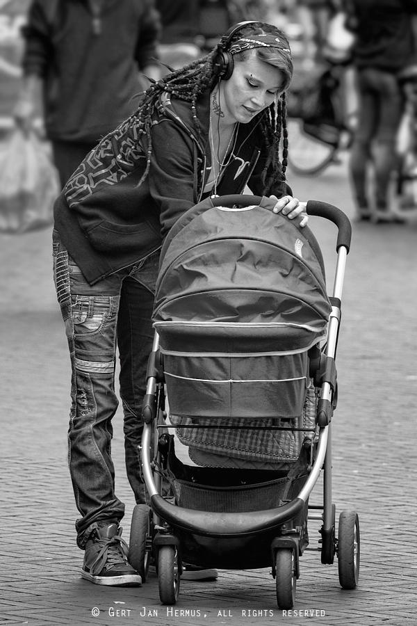 Straatfotografie jonge moeder met kinderwagen