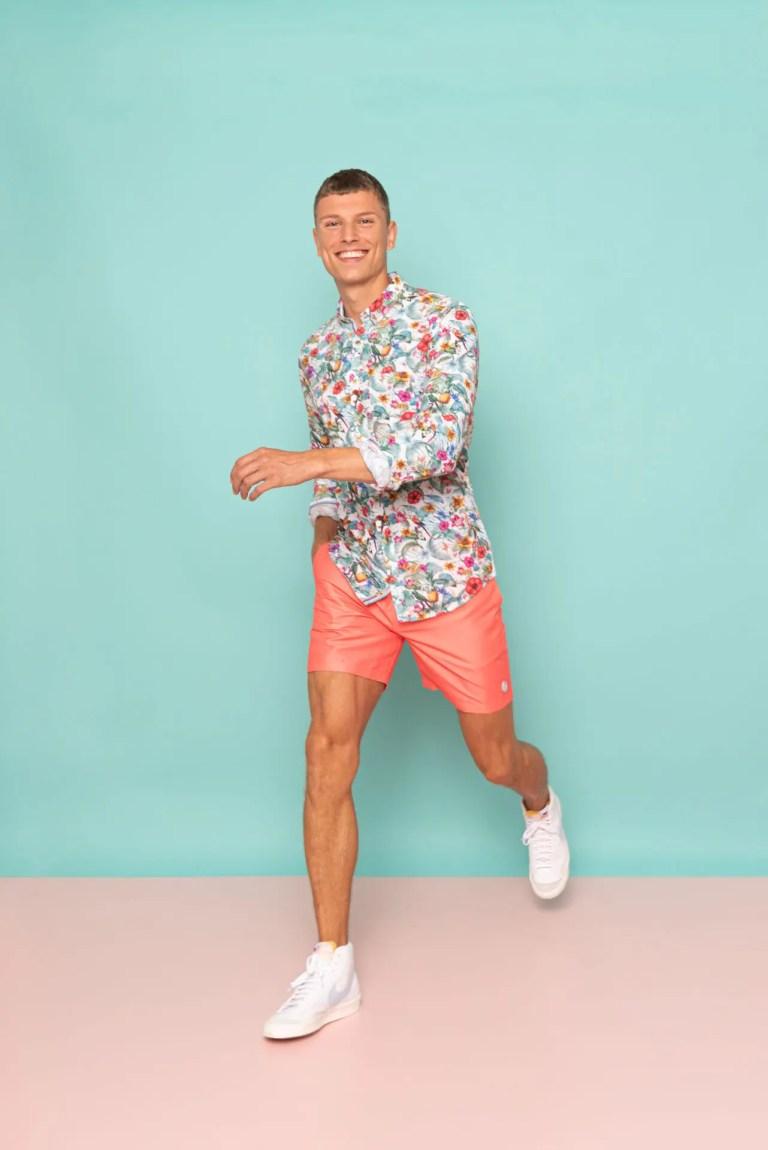 colours-&-so_spring_summer_2021_original_Leinenhemd im Tropical-Design mit Uni-Badeshort 3