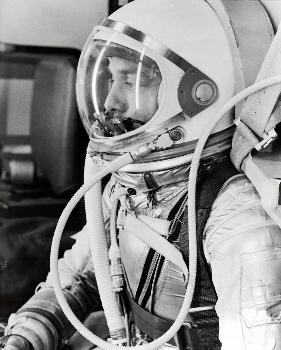 Der Astronaut als Cyborg: Alan Shepard bereitet sich auf seinen Suborbitalflug am 5. Mai 1961 vor, Quelle: NASA Images